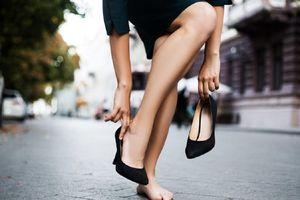 Phụ nữ Nhật Bản phản đối quy định mang giày cao gót khi đi làm