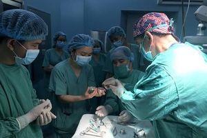 5 bệnh nhân nam được ghép giác mạc từ người Mỹ hiến tặng