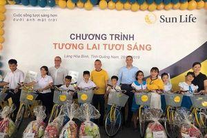 Sun Life Việt Nam trao tặng xe đạp, quà cho trẻ em tại Làng Hòa Bình