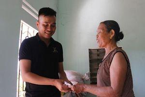 Cộng đồng mạng góp tiền giúp bà bán ve chai bị cướp