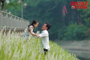 Sông Tô Lịch giảm mùi hôi, người dân thoải mái câu cá, chụp ảnh với cỏ lau dọc hai bờ