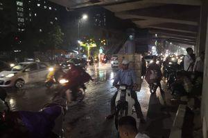 Hà Nội: Mưa lớn bất ngờ, người dân bất chấp nguy hiểm dừng giữa đường tìm chỗ trú
