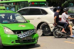 Clip xe taxi va chạm với Bentley: Ai đúng?