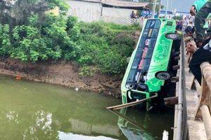 Xe khách lao xuống sông khiến ít nhất một người tử vong, nhiều người bị thương nặng
