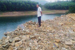 Hà Tĩnh: Ngang nhiên đổ cả nghìn khối đất đá xuống lòng hồ thủy lợi