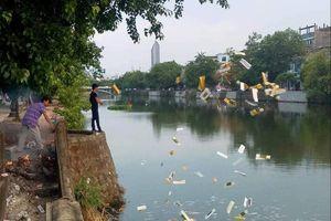 Huế: Truy tìm 2 người đàn ông rải lượng lớn vàng mã xuống sông