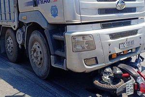 Đà Nẵng: Bị xe tải kéo lê 5m, cô gái tử vong tại chỗ