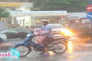 Xúc động hình ảnh người cha sẵn sàng chịu ướt để giành chiếc áo mưa duy nhất cho con