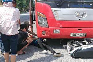 Xe khách tông xe máy, người bị hất văng, người nằm bất tỉnh dưới gầm ô tô
