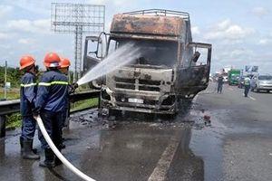 Xe tải bất ngờ cháy rụi trên cao tốc TP.HCM – Trung Lương
