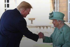 Clip: Cái bắt tay dễ gây hiểu lầm của Tổng thống Trump với Nữ hoàng Anh