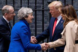 Tổng thống Trump quên bắt tay với thủ tướng Anh