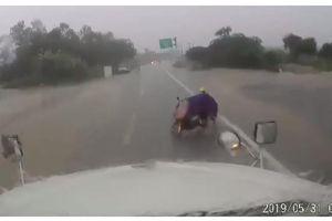 Vít nhầm tay ga, cô gái tông trực diện vào xe công-te-nơ