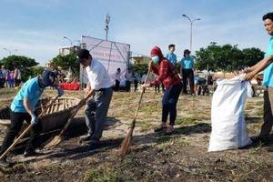 Đà Nẵng: Hơn 200 cán bộ, nông dân dọn rác bờ biển