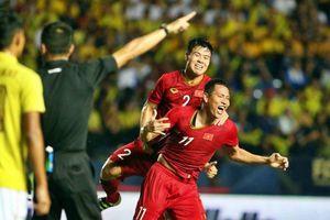 Anh Đức lập công phút bù giờ đưa Việt Nam vào chung kết King's Cup