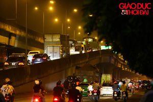 Hà Nội: Đường trên cao tắc nghẽn hàng km trong đêm mưa