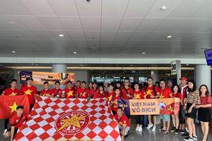 Cổ động viên Việt Nam nhuộm đỏ Buriram trước trận gặp Thái Lan