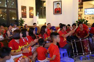 Hàng trăm CĐV kéo đến quán của trung vệ Tiến Dũng cổ vũ tuyển Việt Nam