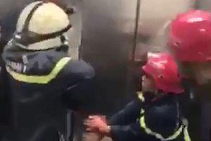 Cảnh sát giải cứu 21 người mắc kẹt trong thang máy lúc nửa đêm
