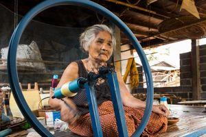 Đến Buriram xem King's Cup, ghé thăm làng dệt lụa lâu đời