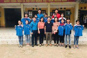 LĐLĐ huyện Tân Yên (Bắc Giang): Tặng quà cho học sinh nghèo vượt khó