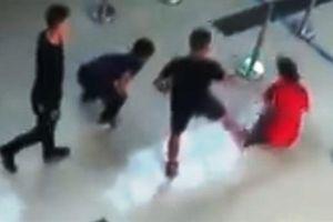 Hành khách đánh chảy máu đầu nhân viên hàng không