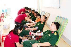 Gần 300 cán bộ, công nhân, người lao động tham gia hiến máu tình nguyện