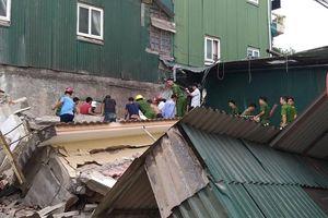 Nhà đổ sập trong lúc phá dỡ, ít nhất 1 người mắc kẹt trong đống đổ nát