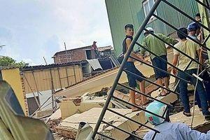 Ngôi nhà hai tầng đổ sập khi phá dỡ, 2 người bị vùi lấp