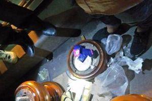 Phát hiện 40.000 viên ma túy tổng hợp giấu trong 2 bình gỗ trang trí