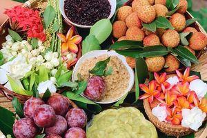 Mâm cúng Tết Đoan Ngọ đủ đầy và thơm ngát hương hoa của gia đình Hà Nội
