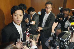 Uống rượu, đòi sờ ngực phụ nữ, kêu gọi chiến tranh với Nga, nghị sĩ Nhật đối mặt sức ép từ chức