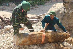 Máy múc đào trúng quả bom 350 kg