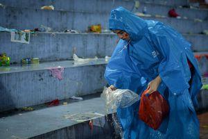 Du học sinh Việt Nam tại Nhật dọn rác sau trận của U23 Việt Nam