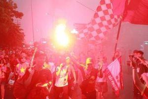 Fan nhuộm sắc đỏ, 'khuấy đảo' bên ngoài sân Việt Trì 'tiếp lửa' U23 Việt Nam