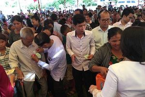 Tặng 500 suất quà cho các hộ nghèo và học sinh tại Campuchia