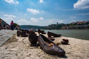 Sự thật ám ảnh về những đôi giày sắt ở sông Danube
