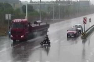 Cậu bé 14 tuổi vượt đèn đỏ, suýt nằm dưới bánh xe đầu kéo