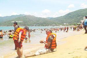 Đội nắng đổ xô ra biển Quy Nhơn tắm 'xả xui' Tết Đoan ngọ