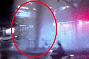 Clip: Hốt hoảng trước cột phun nước cao như 'vòi rồng' tại một ống cống trên đường phố Sài Gòn