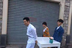 Nhà hàng Trung Hoa mùa 3 ghi hình: Huỳnh Hiểu Minh đứng bên đường làm bánh, Vương Tuấn Khải và Dương Tử tranh nhau giúp đỡ