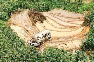 Hai ô tô đấu đầu trên đèo, một xe lộn nhiều vòng rơi xuống vực sâu