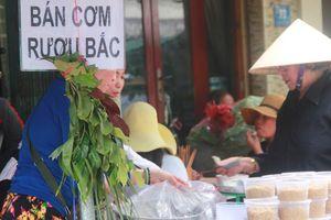 Lá xông miền Tây vượt trăm cây số lên Sài Gòn, bánh ú tro 'cháy hàng', trái cây đội giá ngày Tết Đoan Ngọ