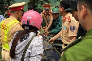 Ô tô 7 chỗ lao xuống vực sau va chạm ở Sa Pa, 3 người bị thương