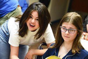Selena Gomez rạng rỡ đi thăm các bệnh nhi
