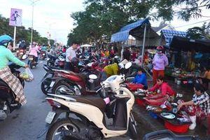 Lấn chiếm lòng lề đường họp chợ gây mất an toàn giao thông