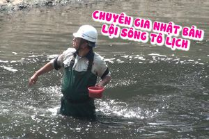 Chuyên gia Nhật Bản lội bùn đen làm sạch nước sông Tô Lịch siêu ô nhiễm