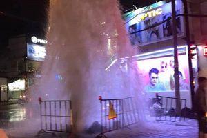 'Vòi rồng' giữa phố Sài Gòn do sự cố súc xả đường ống cấp nước sạch