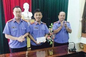 VKSND huyện Nghi Lộc tặng quà học sinh nghèo vượt khó và con cán bộ mắc bệnh hiểm nghèo