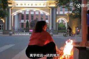 Phụ huynh Trung Quốc đốt vàng mã, cúng đồ ở cổng trường trước kỳ thi đại học khốc liệt